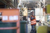 Employé au cours de travaux à l'entrepôt — Photo de stock