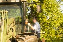 Agricultrice près de tracteur — Photo de stock