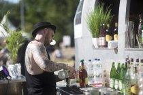 Barman perto de rua cocktail van — Fotografia de Stock