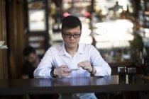 Азіатський чоловік п'є каву — стокове фото