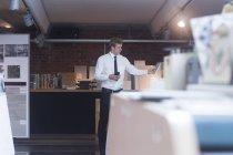 Jeune mâle directeur des ventes — Photo de stock