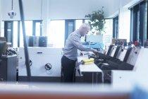 Hombre trabajando en imprenta - foto de stock