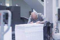 Mann arbeitet in Druckerei — Stockfoto