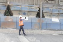 Construction materials worker in builders yard — Stock Photo