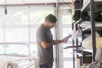 Atelier de sellerie automobile avec artisan — Photo de stock