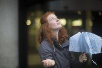 Giovane donna di redhead con l'ombrello — Foto stock
