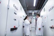 Femmes scientifiques en laboratoire — Photo de stock