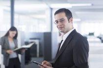 Uomo d'affari, lavorando con tavoletta digitale — Foto stock