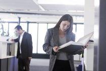 Donna di affari che sta con documenti — Foto stock