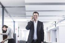 Бізнесмен, розмовляємо по телефону — стокове фото