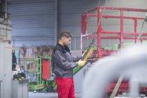 Männliche Arbeiter am Förderband Gürtel shop — Stockfoto