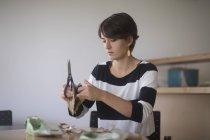 Жінка, роблячи ремесло з картону — стокове фото