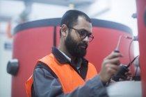 Інженер вивчення обладнання на опалення станції — стокове фото