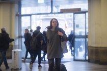 Donna che arrivano sulla stazione ferroviaria — Foto stock