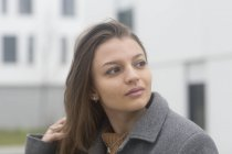 Portrait de jeune femme debout sur rue — Photo de stock