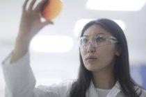 Femme scientifique tenant Pétri de culture microbienne — Photo de stock