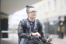Mann mit Smartphone überprüfen Zeit mit Armbanduhr in der Stadt — Stockfoto