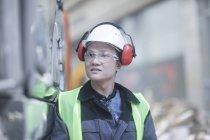 Trabalhador da construção civil encostado na parede na construção de site — Fotografia de Stock