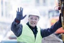Ingeniero civil masculino haciendo gesto de parada en sitio de construcción - foto de stock