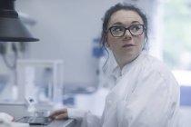Weiblichen Chemiker mit digital-Tablette und wegschauen im Labor — Stockfoto