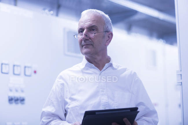 Engineer with tablet computer — Stock Photo