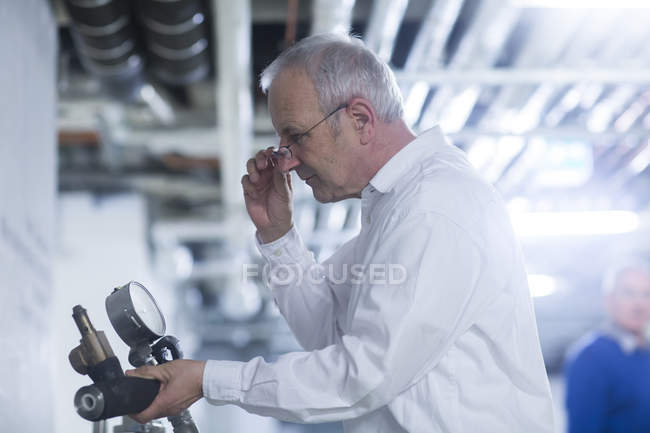 Engineer working at production plant — Stock Photo