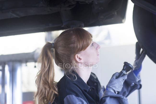Woman mechanic at car service station — Stock Photo