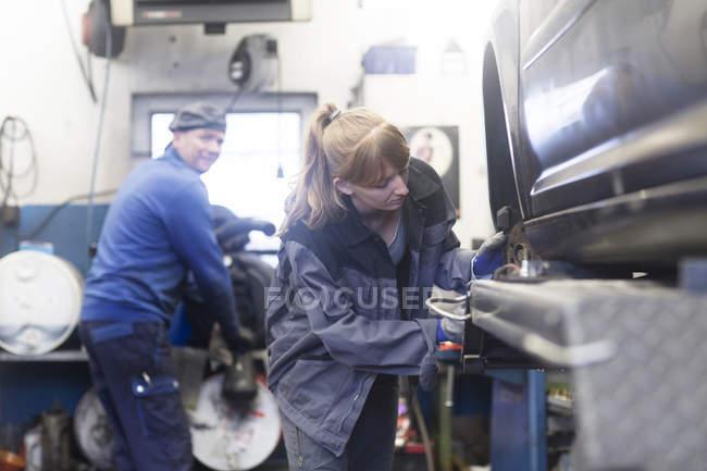 Woman mechanic at car service station — Stock Photo