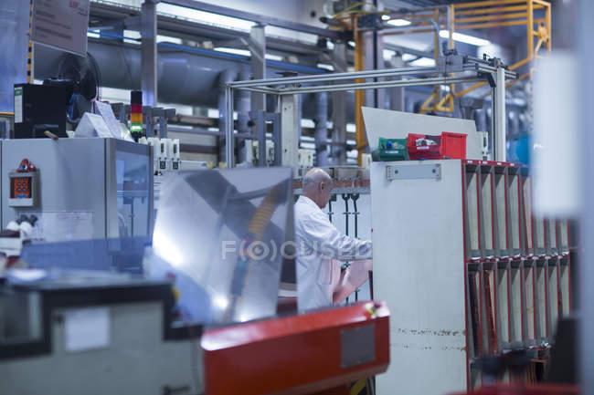 Mann arbeitet Industrieanlage — Stockfoto