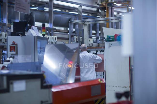 Человек, работающий на промышленном предприятии — стоковое фото