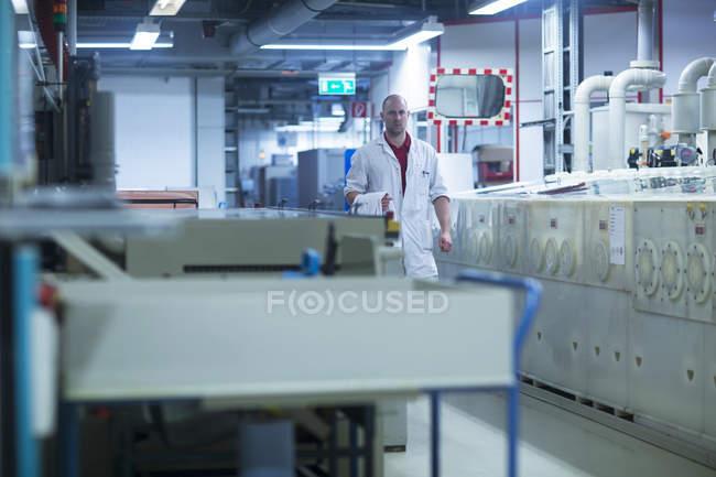 Человек ходит на промышленном заводе — стоковое фото