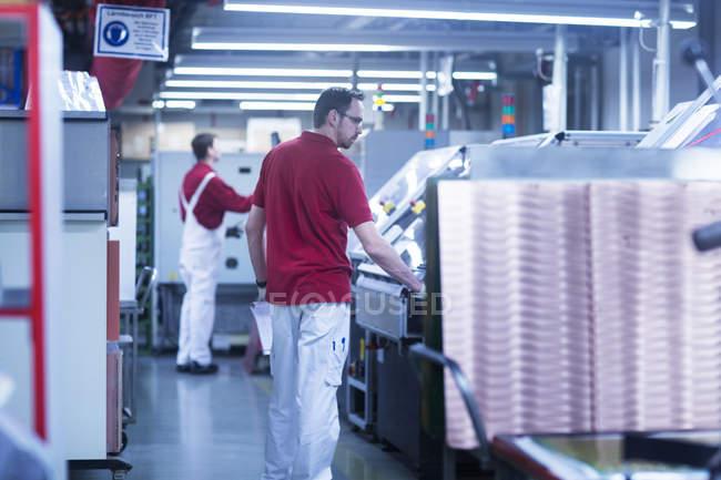 Чоловічий колег, що працюють на заводі — стокове фото