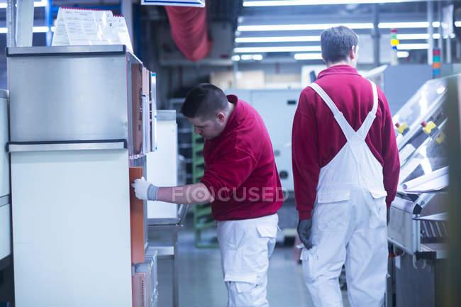 Чоловіки, які працюють на промислових заводі — стокове фото