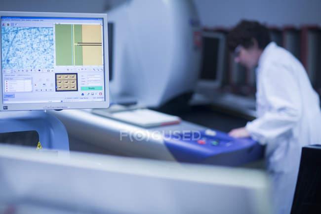 Computermonitor und Frau im Hintergrund — Stockfoto