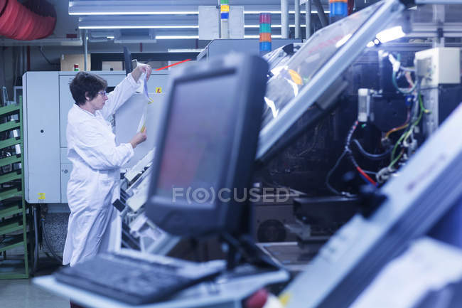 Woman in lab coat working — Stock Photo