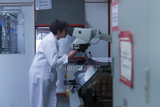 Женщина в лабораторном халате — стоковое фото