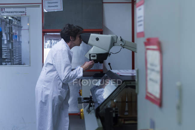 Frau im Laborkittel — Stockfoto