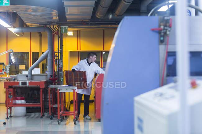 Impiegato che lavora nello stabilimento industriale — Foto stock