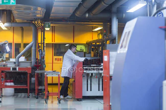 Работник промышленного предприятия — стоковое фото