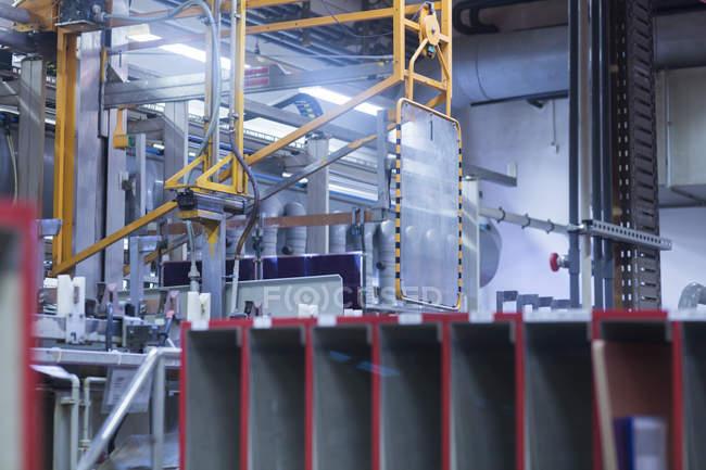 Интерьер промышленного завода по производству электропроводки . — стоковое фото