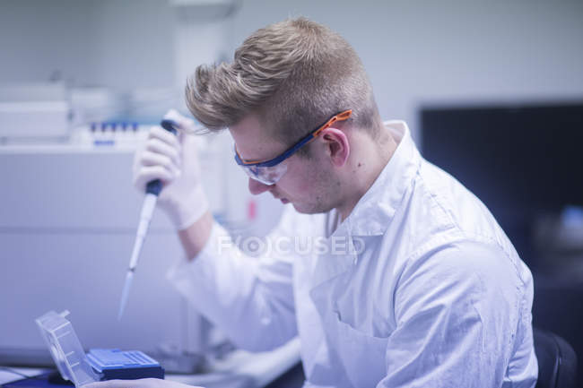 Scientist working with medical equipment — Stock Photo