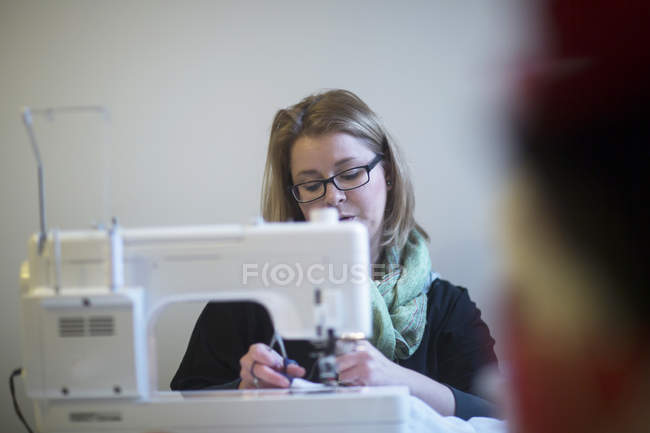 Tailor woman working on sewing machine — Stock Photo