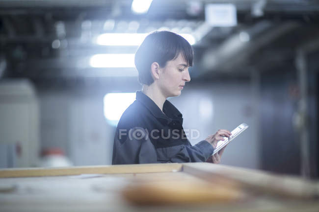 Ingénieur avec tablette inspection machines — Photo de stock