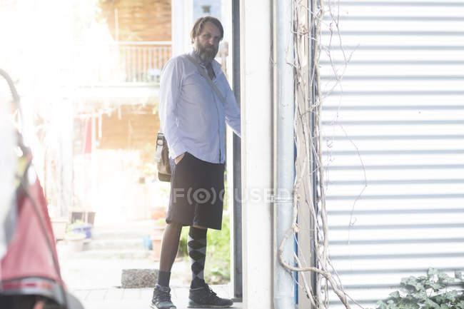 Человек дома открытия двери — стоковое фото