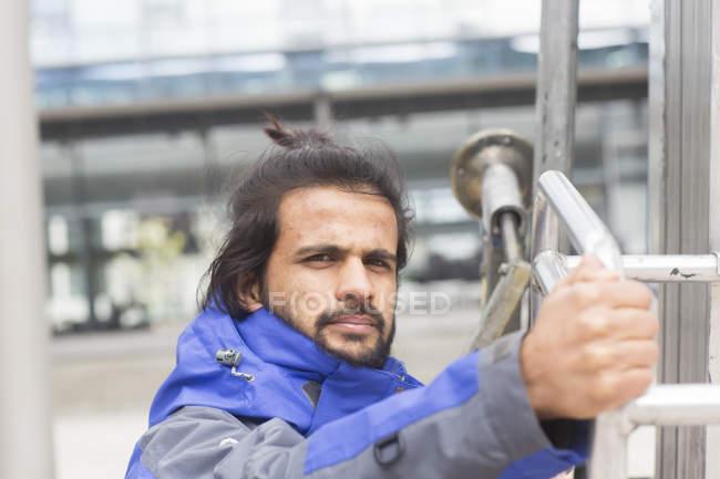 Человек, осматривающий металлоконструкции — стоковое фото