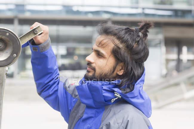 Hombre inspeccionando la construcción de metal - foto de stock