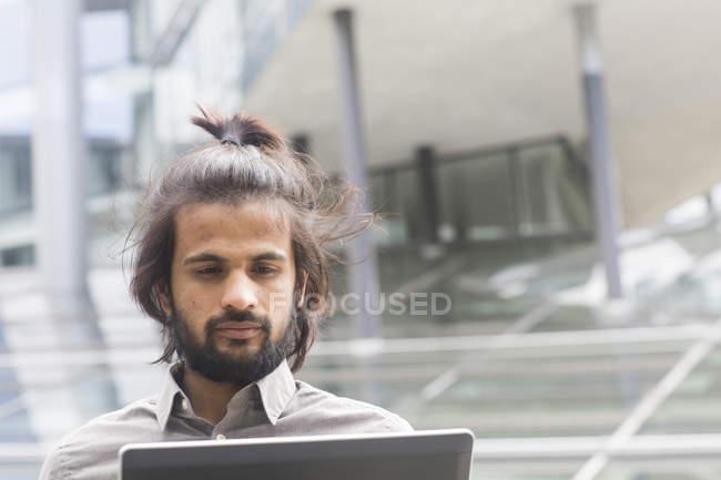 Бизнесмен, с помощью ноутбука на открытом воздухе — стоковое фото