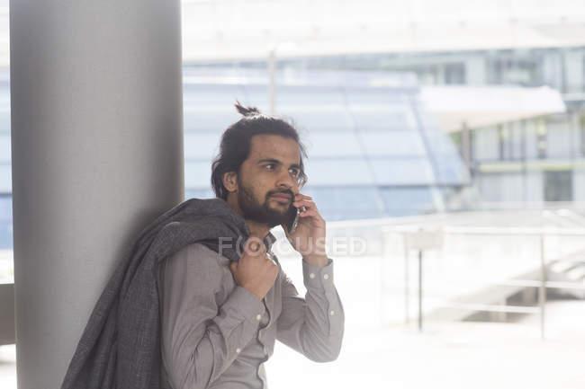 Бизнесмен говорить на смартфоне — стоковое фото