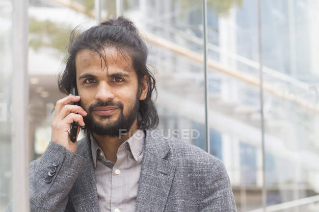 Businessman talking on smartphone — Stock Photo