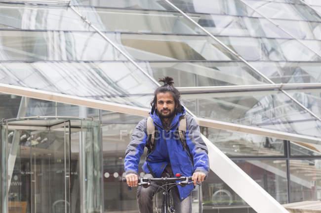 Человек, езда на велосипеде на открытом воздухе — стоковое фото